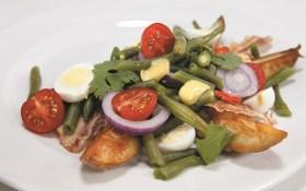 Салат зі спаржевою квасолею з беконом та яйцем