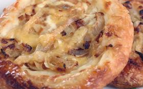 Мини-пицца с репчатым луком