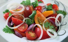 Салат з різноколірних помідорів під пікантним соусом