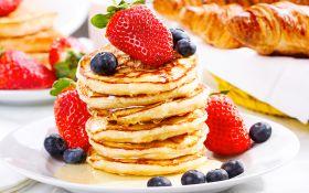 Пышные оладьи с медом и ягодами