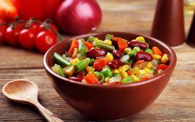 Салат с фасолью и перцем чили