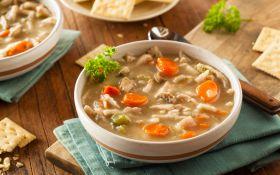 Куриный суп с овощами и крекерами