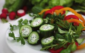 Огірок, фарширований сиром із зеленню