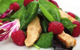 Салат з малиною і курячим філе
