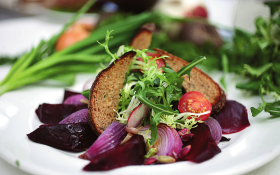 Салат з буряка, ялтинської цибулі і руколи