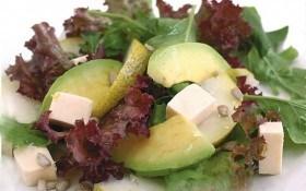 Летний салат с грушей и авокадо