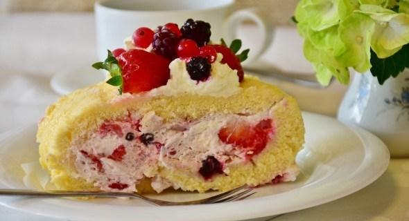 Бісквітний десерт з ягодами