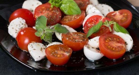 Салат черри-моцарелла