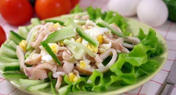 Салат из кальмаров с авокадо и имбирной заправкой