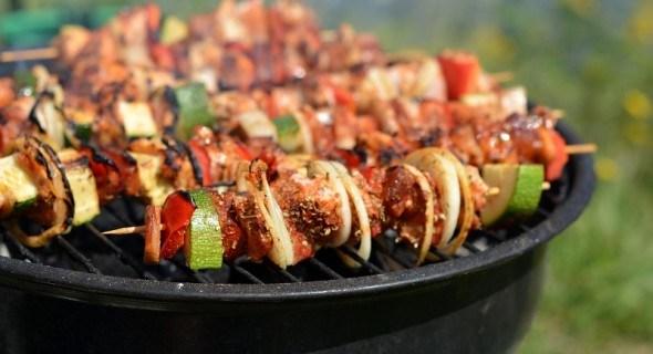 Обід під сонцем: страви для барбекю – м'ясо, овочі на грилі та гарячі бутерброди