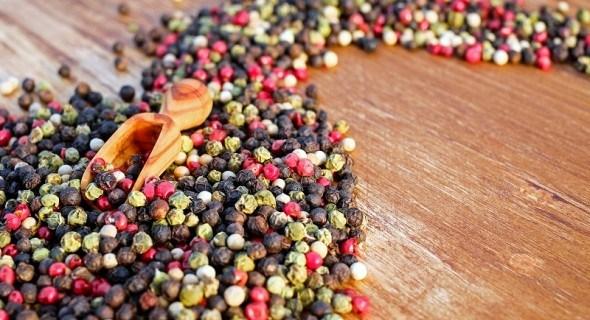 Король прянощів: види перцю, лікувальні властивості та використіння у кулінарії