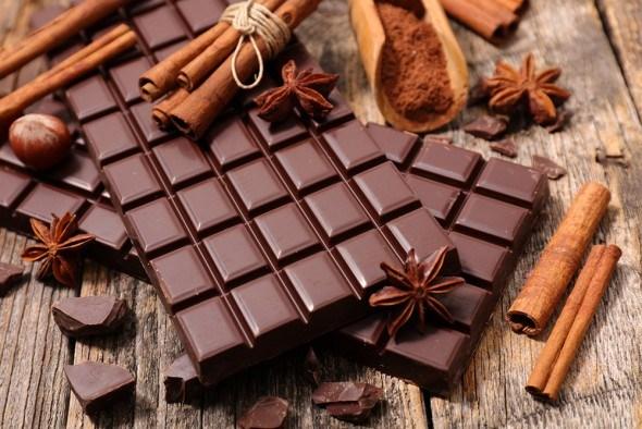 Черный шоколад палочки корицы
