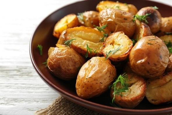 Запеченый картофель тарелка стол