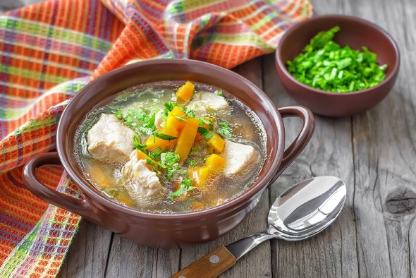 Тарелка супа на столе