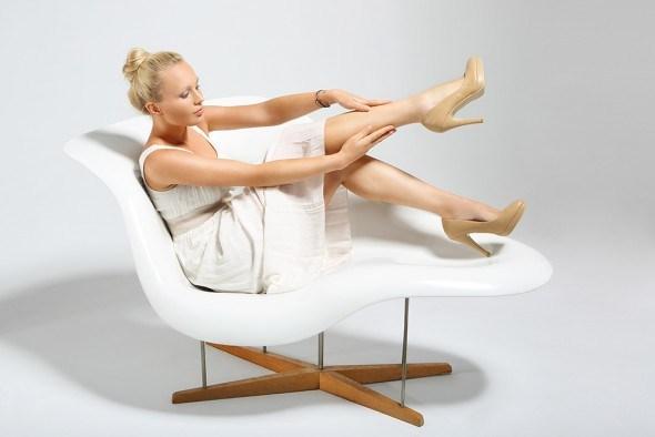 Женщина сидит в кресле