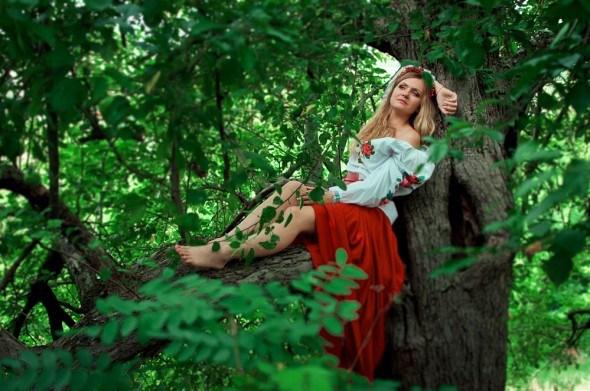 Украинская девушка сидит на дереве
