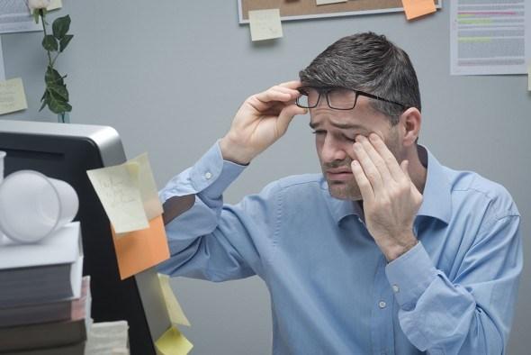 Мужчина за компьютером усталость глаз
