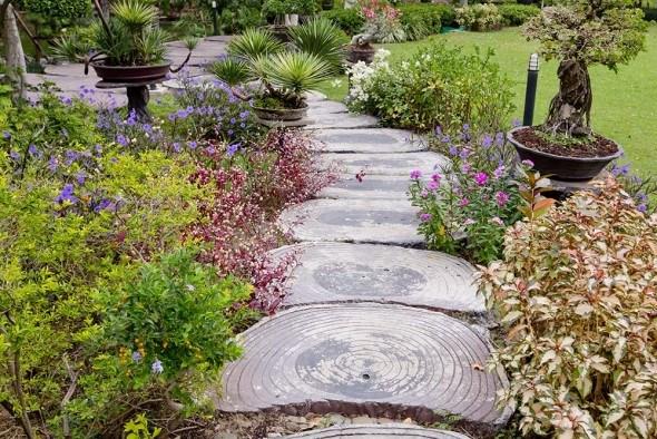 Как сделать садовую дорожку из деревянных спилов?