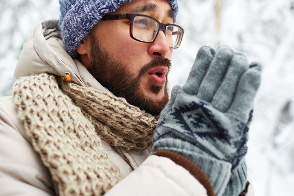 Молодой мужчина на улице зимой замерз