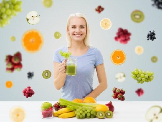 Девушка с продуктами, богатыми витаминами и минералами