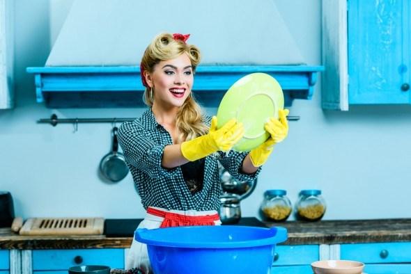 Женщина моет посуду в тазике