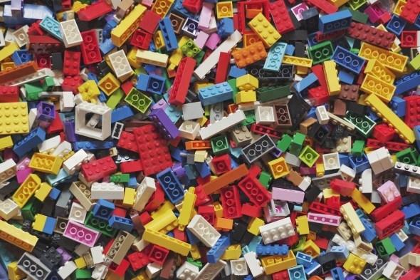 Кросівок з пластикових блоків і настінна карта світу: чим ще компанія LEGO здивувала в цьому році