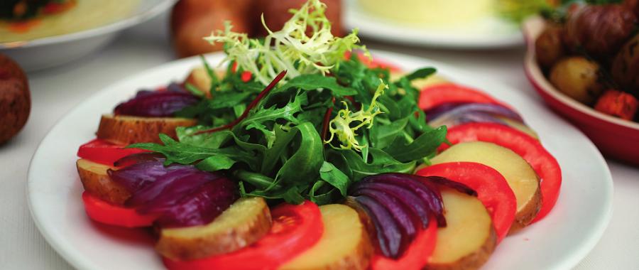 Картопляний салат з помідорами та руколою
