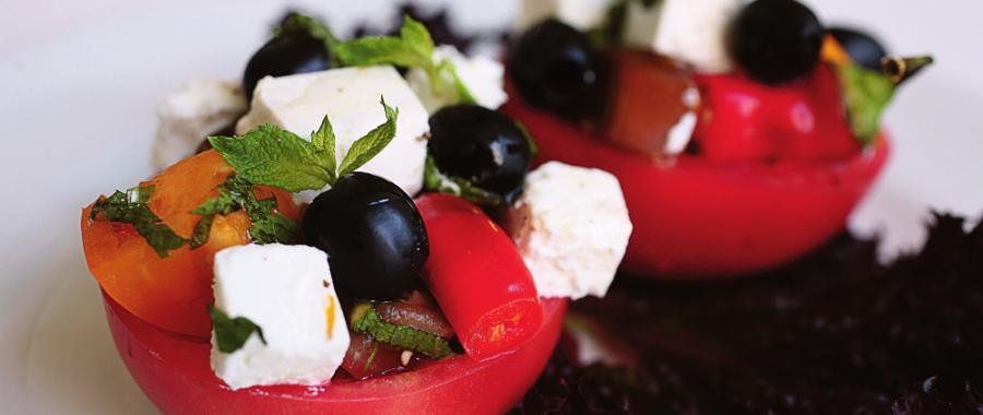 Помідори, фаршировані грецьким салатом