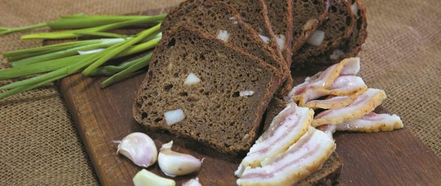Бездріжжовий темний хліб з салом