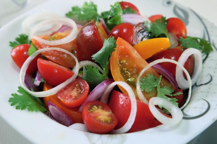 Салат з рзноколрних помдорв пд пкантним соусом