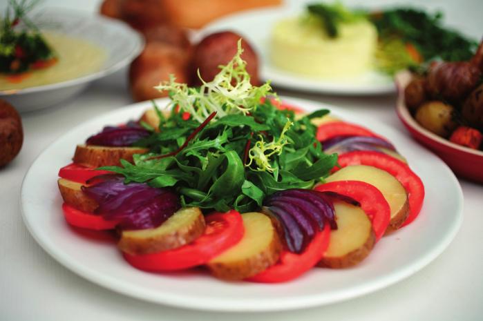 Картопляний салат з помдорами та руколою