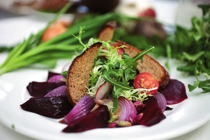Салат з буряка, ялтинсько цибул  руколи